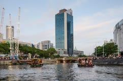Croisière colorée de bateaux de rivière le long de la rivière de Singapour Photographie stock
