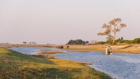 Croisière de bateau et safari de faune frontière sur de Chobe rivière, Namibie Botswana, Afrique Parc national de Chobe, réservat images stock