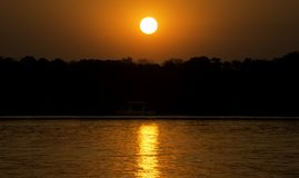 Croisière de coucher du soleil en rivière Zambesi, Zimbabwe, Afrique Image stock