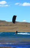 Croisière de kitesurfer de Blackred Images stock