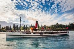 Croisière de paquebot d'Earnshow de SOLIDES SOLUBLES TOTAUX sur le lac Wakatipu Photographie stock libre de droits