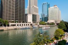 Croisière de rivière de base d'architecture de Chicago, bateaux voyageant vers le lac Michigan photos stock