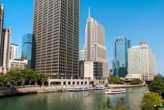 Croisière de rivière de base d'architecture de Chicago, bateaux voyageant vers le lac Michigan image stock