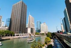 Croisière de rivière de base d'architecture de Chicago, bateaux voyageant vers le lac Michigan images libres de droits