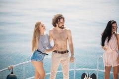 Croisière et vacances marines - jeunes avec des verres de champagne sur le bateau ou le yacht Photos libres de droits