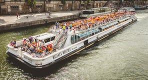 Croisière guidée sur la rivière la Seine à Paris Photos stock