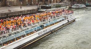 Croisière guidée sur la rivière la Seine à Paris Photographie stock