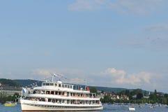 Croisière riche de ¼ du lac ZÃ tandis que les jets de Patrouille Suisse volent au-dessus de la ville image libre de droits