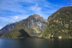 Croisière saine douteuse - dépassement du beau paysage en parc national de Fiordland, île du sud, Nouvelle-Zélande image stock