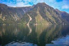 Croisière saine douteuse - dépassement du beau paysage en parc national de Fiordland, île du sud, Nouvelle-Zélande photographie stock