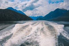 Croisière saine douteuse - dépassement du beau paysage en parc national de Fiordland, île du sud, Nouvelle-Zélande images libres de droits
