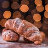 Croissant ένας βουτυρώδης, λεπιοειδής, viennoiserie ζύμη στοκ εικόνες