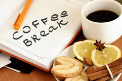 croissant γλυκό φλυτζανιών καφέ σπασιμάτων ανασκόπησης πρακτικό μεσημεριανό γεύμα ζητημάτων φλυτζανιών επιχειρησιακού καφέ που αν Στοκ Εικόνες