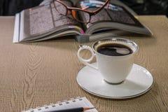 croissant γλυκό φλυτζανιών καφέ σπασιμάτων ανασκόπησης Στοκ Φωτογραφία