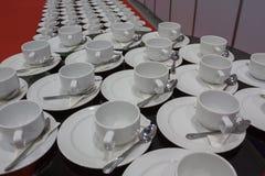 croissant γλυκό φλυτζανιών καφέ σπασιμάτων ανασκόπησης Στοκ εικόνα με δικαίωμα ελεύθερης χρήσης