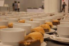 croissant γλυκό φλυτζανιών καφέ σπασιμάτων ανασκόπησης Στοκ φωτογραφίες με δικαίωμα ελεύθερης χρήσης