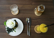 croissant γλυκό φλυτζανιών καφέ σπασιμάτων ανασκόπησης Στοκ φωτογραφία με δικαίωμα ελεύθερης χρήσης