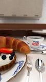 Croissant και ένα φλιτζάνι του καφέ, καλημέρα Στοκ Φωτογραφία