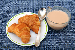 Croissant και γάλα Στοκ φωτογραφία με δικαίωμα ελεύθερης χρήσης