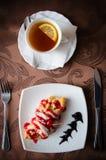 Croissant και μαύρο τσάι της Apple με το λεμόνι Στοκ εικόνα με δικαίωμα ελεύθερης χρήσης