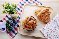 Croissant και ξηρό τεμαχισμένο ψωμί χοιρινού κρέατος στοκ φωτογραφία