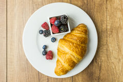Croissant και φρούτα Στοκ εικόνα με δικαίωμα ελεύθερης χρήσης