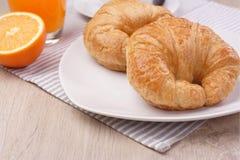 Croissant και χυμός από πορτοκάλι προγευμάτων Στοκ φωτογραφίες με δικαίωμα ελεύθερης χρήσης