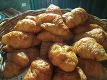 croissant και ψωμί και ρόλος στο καλάθι με το άσπρο υπόβαθρο Στοκ φωτογραφίες με δικαίωμα ελεύθερης χρήσης