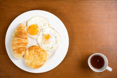 Croissant καφές μπισκότων προγευμάτων teak Στοκ Εικόνες