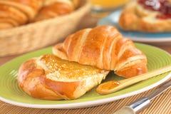 Croissant με την πορτοκαλιά μαρμελάδα Στοκ φωτογραφία με δικαίωμα ελεύθερης χρήσης
