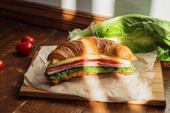 Croissant με τη σαλάτα & x28 sandwich& x29  Στοκ εικόνες με δικαίωμα ελεύθερης χρήσης