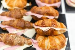 Croissant με το ζαμπόν και το τυρί Οι καυτές ζύμες βρίσκονται στο ράφι στον καφέ Κουλούρια και bagels στο κατάστημα στοκ φωτογραφία