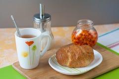 Croissant με το τσάι και τη μαρμελάδα Στοκ Φωτογραφία
