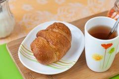 Croissant με το τσάι και τη μαρμελάδα Στοκ Εικόνα