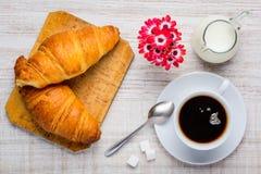 Croissant και φλιτζάνι του καφέ Στοκ Φωτογραφίες