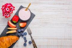Γιαούρτι και Croissant ως πρόγευμα με το διάστημα αντιγράφων Στοκ Φωτογραφίες