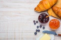 Croissant με το βούτυρο και μαρμελάδα στο διάστημα αντιγράφων Στοκ εικόνα με δικαίωμα ελεύθερης χρήσης