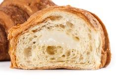 Croissant aislado en el fondo blanco imagen de archivo
