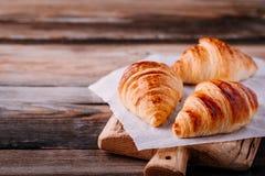Croissant al forno casalinghi su fondo rustico di legno immagine stock libera da diritti