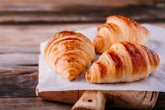 Croissant al forno casalinghi su fondo rustico di legno fotografia stock libera da diritti