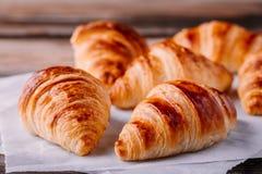 Croissant al forno casalinghi su fondo rustico di legno fotografia stock
