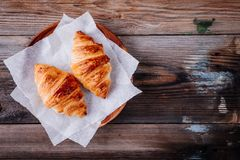 Croissant al forno casalinghi su fondo rustico di legno Vista superiore fotografie stock libere da diritti