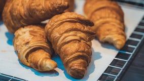 Croissant al forno del burro della pasticceria saporita fotografie stock libere da diritti