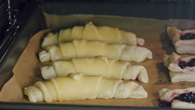 Croissant al forno in forno video d archivio