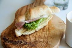 Croissant al forno freschi con il prosciutto di Parma Fotografia Stock