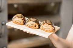 Croissant al forno freschi nel forno immagini stock