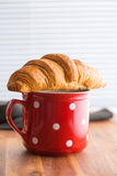 Croissant amanteigado saboroso Fotos de Stock Royalty Free
