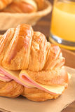 Croissant avec du jambon et le fromage Photo libre de droits