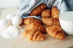 Croissant avec du lait et des oeufs Photo libre de droits