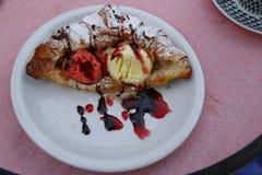 Croissant, croissant, brioche με τη βανίλια και δασικός πάγος φρούτων, σάλτσα φρούτων Στοκ φωτογραφία με δικαίωμα ελεύθερης χρήσης